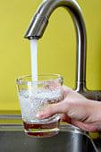 Воду из крана примитивными техниками очистить не получится.